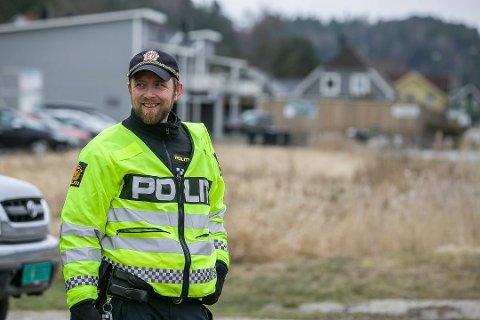 FÅR ROS: Politibetjent Stian Løvdal i Utrykningspolitiet forteller at overraskende mange som blir tatt i fartskontroll, takker han og kollegaene for jobben de gjør.