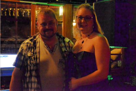 KARAOKEGLADE: Frode og Renate Næsse har hatt karaoke som hobby i 20 år