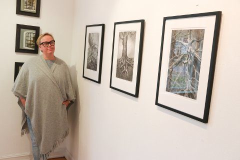STILLER UT: Annikka Wiland Stendebakken maler mye fra naturen og har en forkjærlighet for fugler. Hun stiller ut sammen med Kari Sandstø Kjøll under vårutstillingen til Rakkestad kunstforening på Galleri Midtstuen.