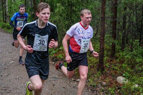 KJEMPELØP: Markus Holter (i hvitt) forbedret tiden sin med hele 41 sekunder. Det rakk til en 2. plass. Erlend Ruud Lunde fra Rakkestad gjorde også et godt løp og endte på 30. plass med tiden 21.51 i sin Linnekleppen Opp-debut.
