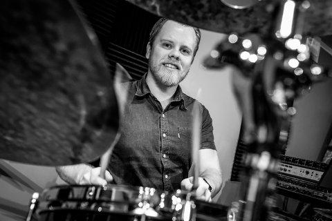 TROMMESLAGER: Michael Thøgersen begynte med trommer da han var liten.