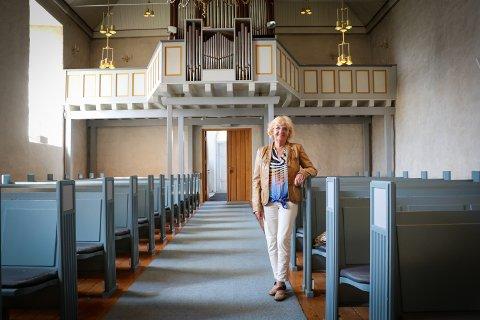 GODE MINNER: Gerd Gudim Kristoffersen har gode minner fra Rakkestad kirke. Hun gleder seg til å synge her med Moss kammerkor, torsdag 23. mai.