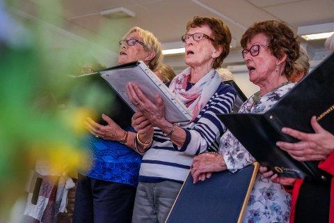 SOPRAN: Inger Støten (89) (i midten) er en av Pensjonistkorets sopraner. Sopran er for øvrig en betegnelse på det høyeste registeret en menneskestemme kan komme opp i.
