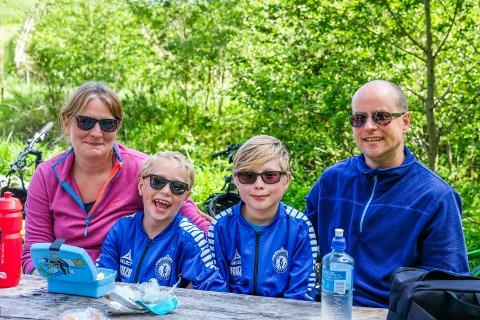 SYKKELFAMILIE: Hanne Sundås, Magnus Sundås Hestnes (8), Daniel Sundås Hestnes (10) og Paul Hestnes koste seg på sykkelturen.