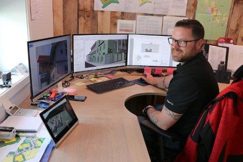 TEGNER: Josh Barger er prosjektør og BIM-tekniker i Bjørnstad Bygg AS. Han er ansatt for å tegne hus på heltid.