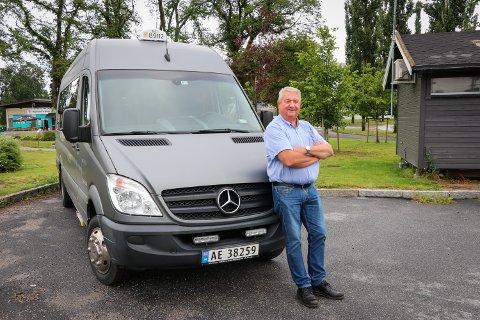 STØDIG SJÅFØR: Oddmund Galaas har i løpet av sin 41 år lange karriere som taxisjåfør aldri vært involvert i noen ulykke. Her foran egen minibuss.