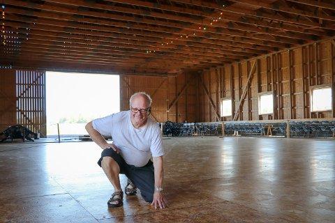 SKINNER: Tollef Grindstad legger sjela si i blanke dansegulv og gode danseopplevelser på Grindstad gård. I kveld, fredag, kommer 200 fra hele Norge og Sverige på låvedans.