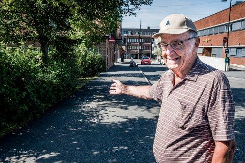 SITTEPLASSER: Konrad Strekerud (87) mener det mangler benker i Rådhusveien.