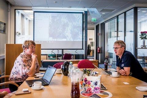 MØTE OM 4G-nett: Senterpartiets Helen Graarud og Karoline Fjeldstad hadde invitert dekningsdirektør i Telenor, Bjørn Amundsen for å snakke om utvikling av 4G-nettet i Rakkestad.