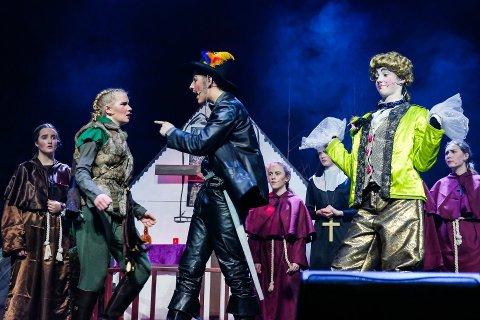 """PLASS TIL FLERE: Det er ledige plasser på  teatertilbudet ved Rakkestad kulturskole. Her er Rakkerungene barne- og ungdomsteater i aksjon under forestillingen """"Robin Hood"""" i vår."""