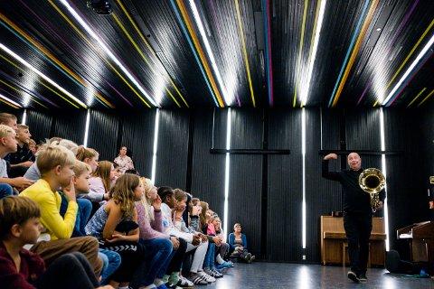 BEGEISTRET: Dirigent i hovedkorpset, Tommy Bakkelund, begeistret elevene med sin store tuba.