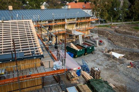 NÆRMER SEG UTVENDIG: Tak og vegger er ferdig montert. Før vinteren skal også uteplassen være ferdig ryddet med både bod og carporter satt opp.