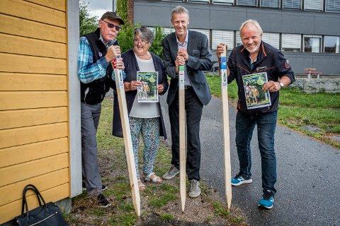 KLART TIL BRUK: Per Vidar Pedersen (DNT), Anne Grethe Lilletorp Hansen (Marker Sparebank), Bjørnar Storeheier (Marker Sparebank), og Aage Solbrekke (initiativtaker), jobbet i august med å få plassert ut alle stolpene.
