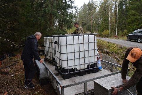ØRRET PÅ TANKEN: Midtre Degernes grunneierlag satte ut 1 560 ørret i Degernesfjella forrige helg.
