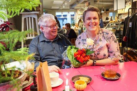 ROS OG ROSER: Øyvind Kristiansen fikk endelig overrakt 11 roser til ordfører Karoline Fjeldstad (Sp). Like mange som Senterpartiet har av representanter i Rakkestad kommunestyre.