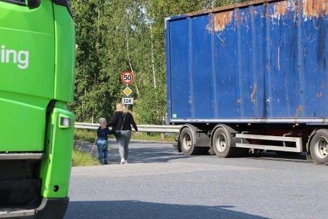 MYE TRAFIKK: Det er mye trafikk inn og ut av industrifeltet på den omtalte strekningen ved Mjørudgata. Onsdag skal en potensiell gang- og sykkelsti diskuteres i teknikkutvalget.
