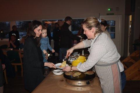 Bidra: Anne Mari Fosser (27) med Edvard (1,5) på armen syntes pannekakedag er en fin måte å bidra på.