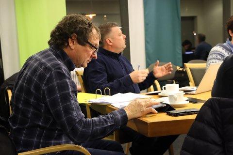 Vil bevare: Dagfinn Søtorp (Sp), leder av teknikkutvalget og Espen Jordet, seksjonsleder TML i kommunen var enige om at det bør gå an å finne penger til vedlikehold av kjona på bygdetunet.