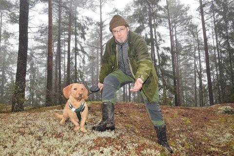 Bjørn Aksel Bjerke (55) viser oss det han mener er den siste store tiurleiken på Trømborg-siden av Fjella. Her har han funnet rester av møkk etter tiuren, mens Elly (3) følger med.