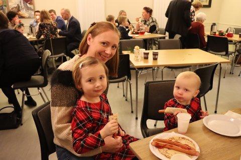 Fint for barna: Elin Zeylon (33), Lykke Zeylon (5) og Oda Zeylon (2) koste seg.
