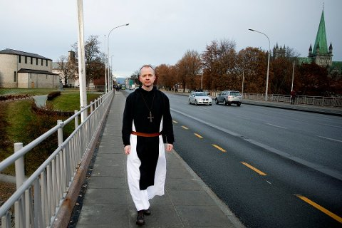 Erik Varden (46) er fra Rakkestad, men har bodd 30 år i utlandet. Nå er han tilbake til Norge, og lørdag vigsles han til biskop i Nidarosdomen. Foto: Kristin Svorte / NTB