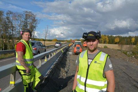 At det tidvis kjøres hardt forbi anleggsområdet kan Hans Ove Rustbakken  og Henrik Carlsson fra Bergquist Maskin og Transport as skrive under på. Men akkurat da politiet kom på kontroll ble det roligere.