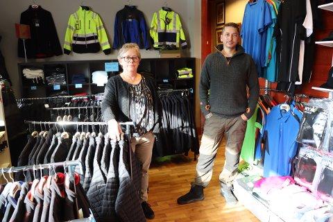Klær: Det har blitt et stort utsalg av klær innerst i butikken til Frivilligsentralen i Rakkestad sentrum.
