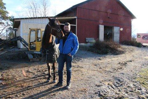 Stjerne på stallen: Fredrik Solberg med Match Queen hjemme i Degernes.