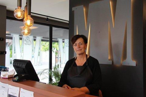 TAR FORHOLDSREGLER: Marianne Jørstad driver M&M Frisør sammen med Mina Holøs. De tar ikke lett på smittevern selv om Rakkestad per nå ikke er hardt rammet av koronaviruset.