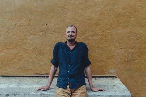 PRISBELØNT RAKSTING: Paal Uvaag jobber for Morgenbladet og vant i år NTBs språkpris for sin humoristiske og kreative språkbruk. Selv gir han sin tidligere barneskolelærer Tom Uttisrud mye av æren for sin store språkinteresse.