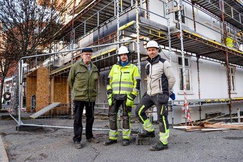 Morten Stubberud (til høyre) og Anders Edoff fra KM Bygg AS kan fortelle gårdeier Gunnar Søby at de er i rute med restaureringsjobben.