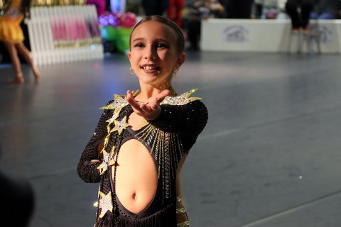 KONTROLL: Denne deltakeren pustet dypt da hun inntok posisjon før dansen startet.