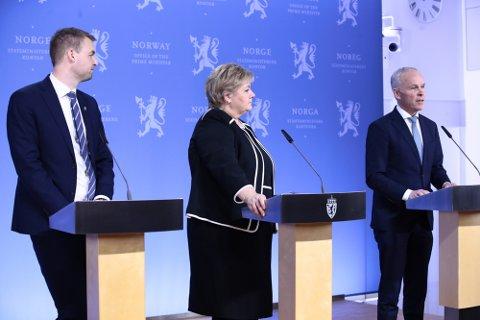 Statsminister Erna Solberg (H), finansminister Jan Tore Sanner (H) (t.v.) og barne- og familieminister Kjell Ingolf Ropstad (KrF) legger fram tiltakspakke i forbindelse med koronaviruset.