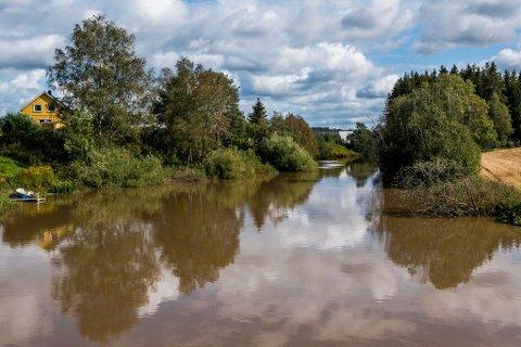 ØNSKER OLJEUTSKILLER: Kystverkets Beredskapssenter ønsker at det installeres en oljeutskiller i Rakkestadelva som følge av en forurensning som skjedde i desember.