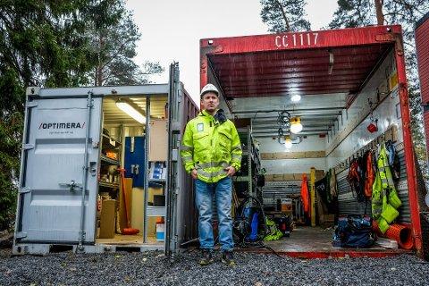 Trist: Prosjektleder Alexander Adriansen og de andre ansatte i Boger bygg fikk en kjedelig start på arbeidsdagen da de kom til en raidet container på Os skole. Foto: MATS DUAN-HANSEN