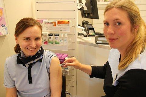 Inger-Marie Vassbotn (t.v.) syns at kundene viser god skikk mot smittepredning.