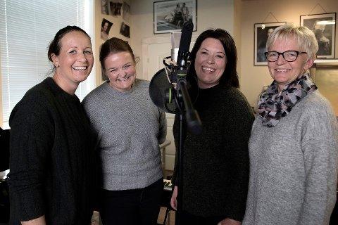 NYINNSPILLING AV GAMMEL REVYKLASSIKER: Revylåten som Hilde Sørlie Fjellhøi (t.h) fremførte i 1989 har fått en ny vår. Nå har hun sunget inn en ny versjon sammen med Ina Merete Schjerpen Bakke (f.v), Tonje Busch Iversen og Agnete Tjerbo fra Fossers Garasje. Øystein Westlie står for instrumenter og innspilling, og sangen får du høre i Rakkestad kommune sin musikkvideo som slippes 17.mai.