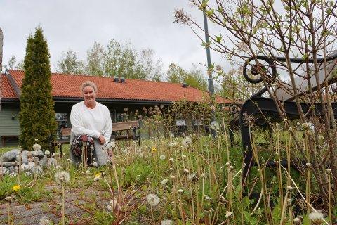 TAR TAK: Barbro Urke har tatt initiativet til å gi sansehagen ved Skautun et realt løft.