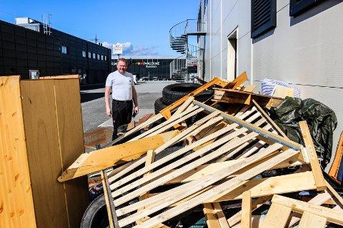 FORTVILER: Dag Brennmoen som eier Teppemannen i Dikeveien fortviler. Noen har bestemt seg for at området utenfor butikken hans er et passende sted å dumpe avfall. – Vi snakker om grunnlaget for å drive butikk her, sier han om den økonomiske belastningen.