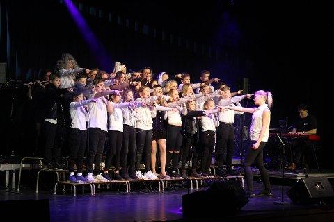 Korslaget: I flere år har 6. klassinger sunget i kor, ledet av dyktige mentorer. Det vil kommunen fortsette med.