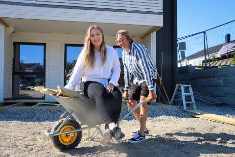 GLEDER SEG: Stine Bjørnstad (21) og Christian Studsrud (21) teller ned til september. Da flytter paret inn i en spiller ny bolig på det nyetablerte feltet Fladstad.