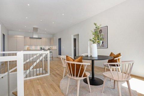 DYREST: Den splitter nye boligen har blant annet åpen løsning mellom kjøkken og stue.