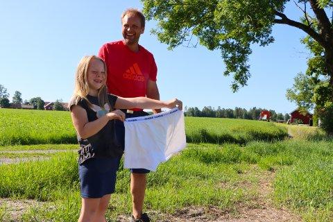 Eline fikk æren av å grave ned trusa som Anne Kristin Syverstad hadde tatt med. Denne ble gravd ned utenfor jordet til Hans Tøger Holmsen.