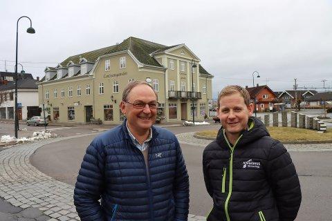 Vidar Mellegård (t.v.) og Odd Arvid Bjørnstad skal bygge moderne leiligheter i Centrumsgården.