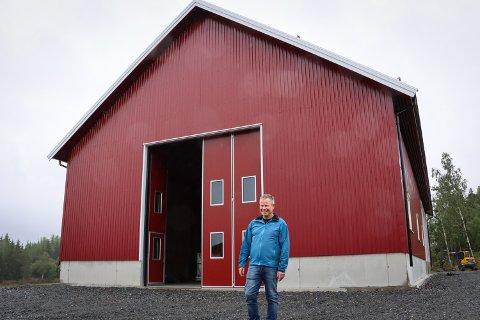 NYTT: Tom Helge Skammelsrud ved bygningen som huser den flisfyrte korntørka.