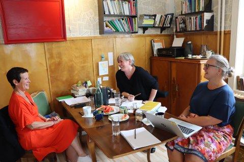 Gode historier: Hilde Aspelund og Hilde Sylliaas skriver og deler gode historier på skrivekurs hos Hege Sørensen (midten) på Ordkontoret.