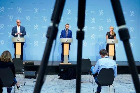 Helsedirektør Bjørn Guldvog, helse- og omsorgsminister Bent Høie (H) og avdelingsdirektør i Folkehelseinstituttet Line Vold under regjerings pressekonferanse om koronasituasjonen i Oslo.