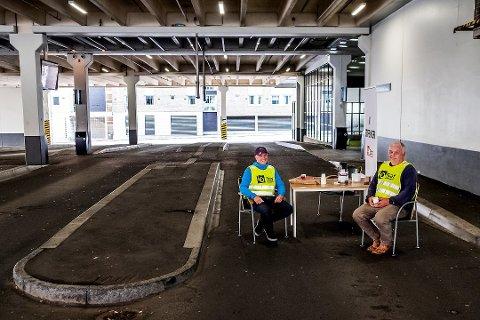 Klaus Lintho, leder i LO i Sarpsborg og Rakkestad, gir sin fulle støtte til de streikende bussjåførene. «Det er på tide at disse hverdagsheltene, disse miljøheltene, får den lønna de fortjener. Og en god og trygg arbeidshverdag», skriver han i dette innlegget. Dette bildet ble tatt på Sarpsborg Bussterminal søndag ettermiddag, da Charles Haglund og Jon Olav Njå satt streikevakt. (Foto: Mats Duan-Hansen)