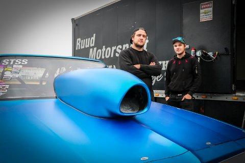 TALENT: Andreas Ruud (t.v.) gjør det godt i dragracingklassen STSS. Fast mekaniker og kompis Kenneth Johannessen er uvurderlig hjelp.