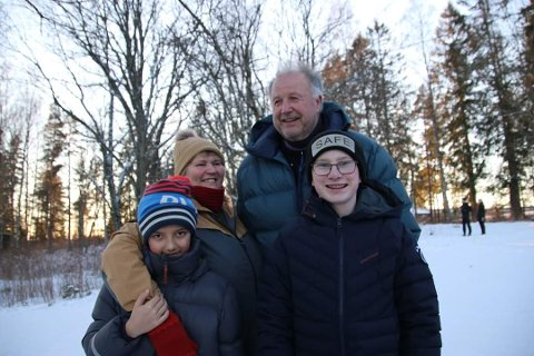 Gutter i karantene: Grete Brøntorp og Arne Titterud med guttene Adrian (11) og Mickael (14) feiret 11-års dag uten gjester. Foto: Privat
